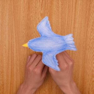 折り紙を引いたりすると、青い鳥が羽ばたきます。