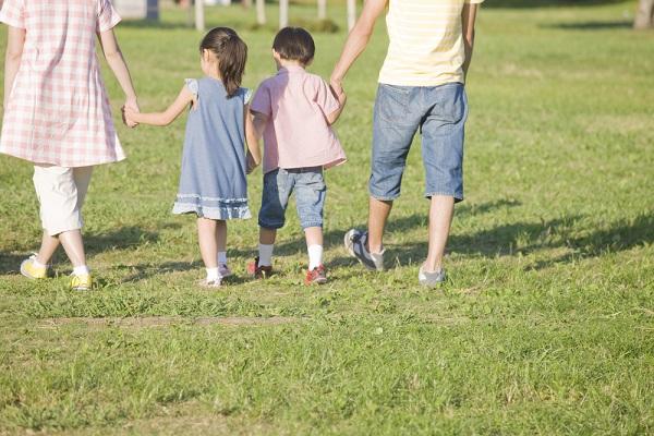 手をつないで散歩している家族の写真