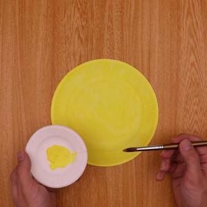 紙皿に絵の具で色を付ける工程