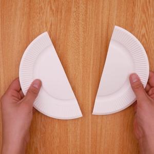 紙皿を半分に切る工程