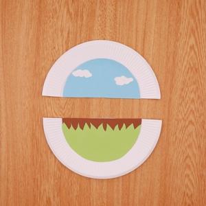 紙皿に画用紙を貼り付ける工程