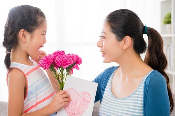 母の日に子どもから贈る手作りプレゼント。メッセージカードや折り紙など、簡単に作れる製作アイデア