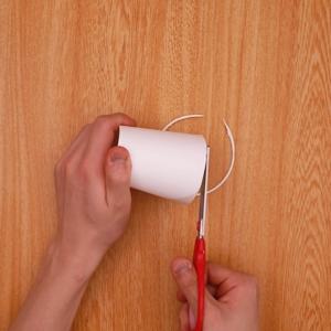 紙コップのふちを切る工程