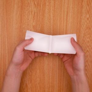 紙コップに縦の切り込みを入れて開く工程
