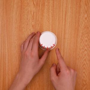 紙コップの底に切り込みを入れる工程