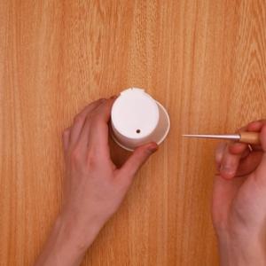 紙コップの底と側面にキリで穴をあける工程