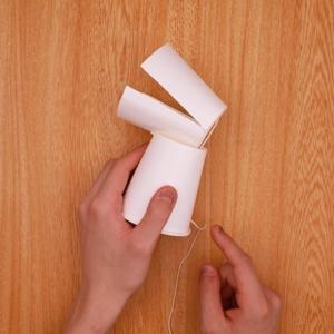 紙コップを固定し、タコ糸にビニールテープを貼る工程