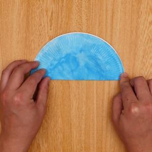 紙皿を半分に折る工程