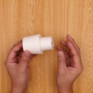 紙コップにトイレットペーパーの芯を貼り付ける工程