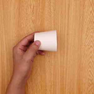 紙コップをはさみで切る工程