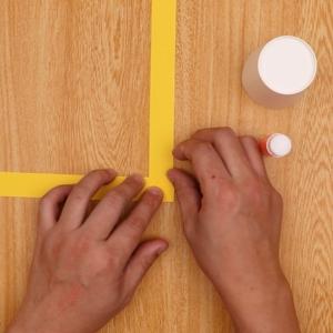 交互に画用紙を折る工程