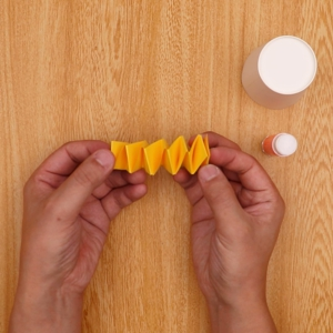 交互に折った画用紙が離れないようにのり付けする工程