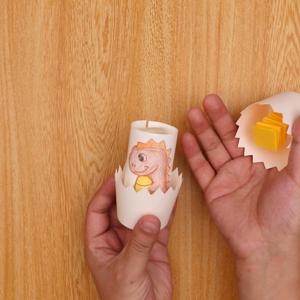 紙コップの底に交互に折った画用紙を貼り付ける工程