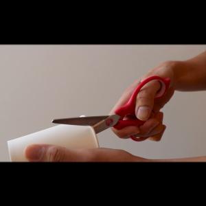 紙コップのふちにはさみで切り込みを入れる工程