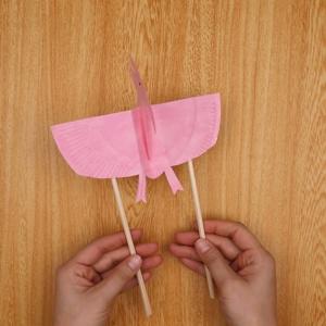 羽の裏側に割り箸を貼り付ける工程