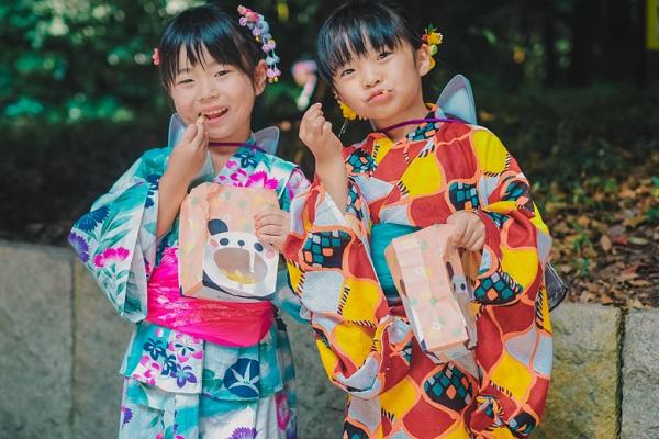 保育園で楽しめる夏祭り製作。うちわや花火、風鈴などの乳児・幼児別のアイデア