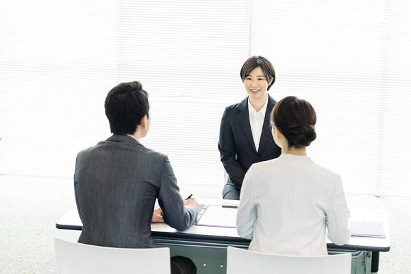 2人の面接官と求職者
