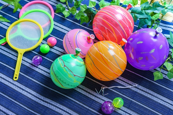保育園や幼稚園で簡単にできる夏祭りゲーム。金魚すくいや的当てなどの盛り上がるアイデア