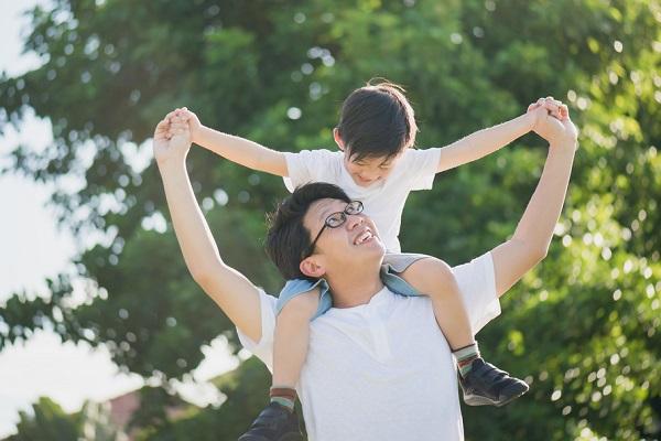 父の日に保護者と遊ぶ子どもの写真