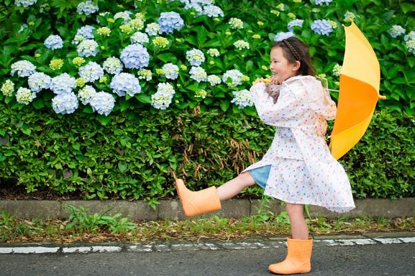傘を持つ女の子