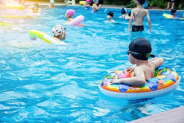 保育園や幼稚園のプール開きについて。事前準備や導入のアイデア、注意点