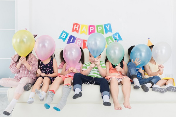 【月別】保育園で楽しめるお誕生日会の出し物。ペープサートやマジックなど子どもが夢中になるアイデア