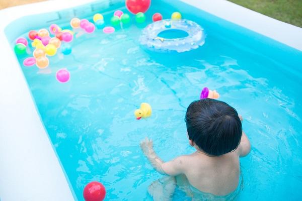 水遊びを楽しむ子どもの写真