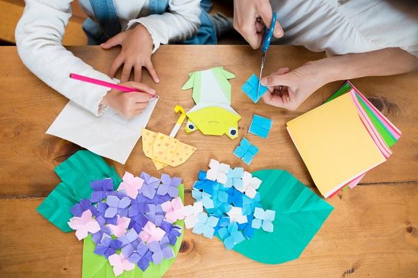 梅雨の折り紙を楽しむ子どもの写真