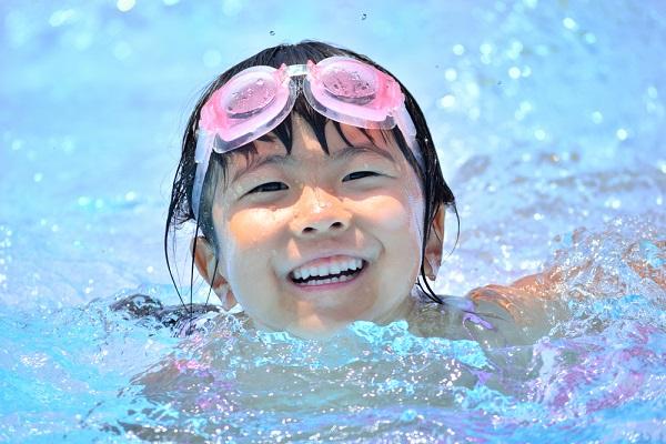 プール開きを楽しむ子どもの写真