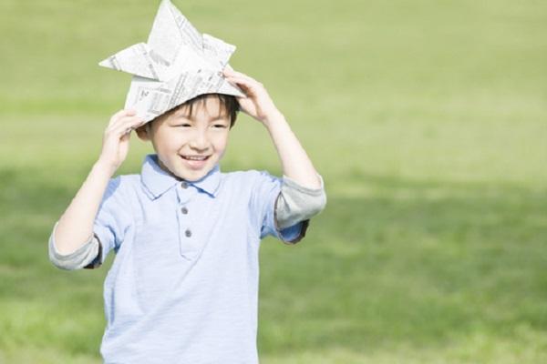 5歳児向けの新聞紙遊びのアイデア。ねらいや導入方法、展開の仕方など