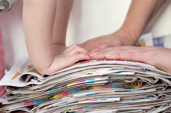 3歳児が楽しめる新聞紙遊び。ねらいや導入方法と、保育に取り入れたいアイデア