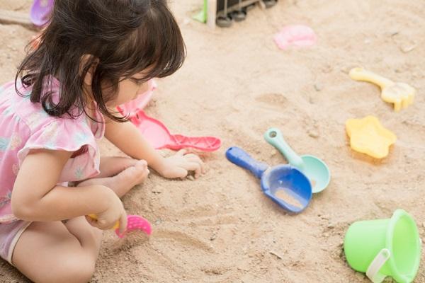 子どもが砂遊びをするときに最適な服装とは?砂場着の必要性やおすすめの素材など