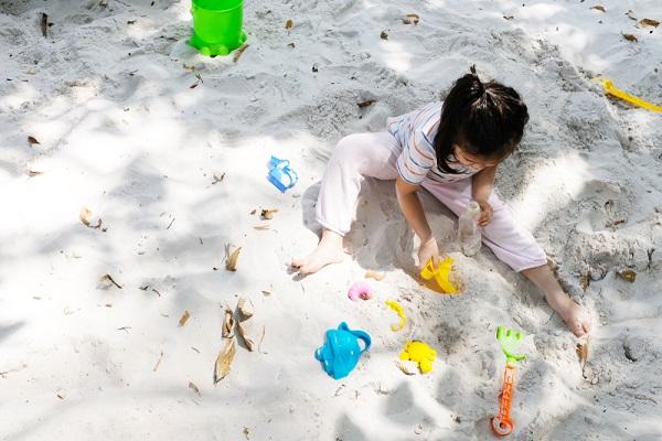 砂遊び 服の画像