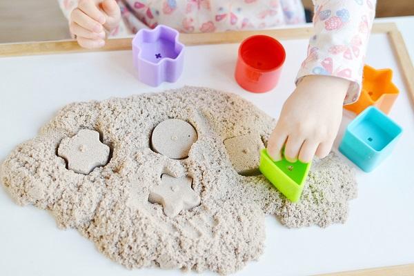 保育室内で行う砂遊び。メリットや室内用の砂の種類など
