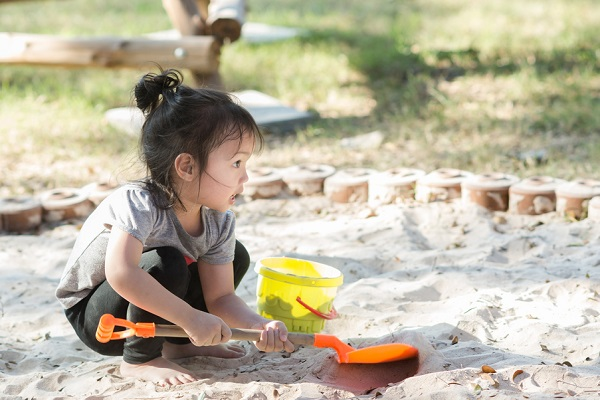 道具をもって砂遊びをする女の子の様子