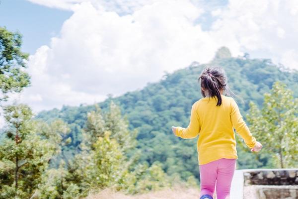 山で遊ぶ子ども