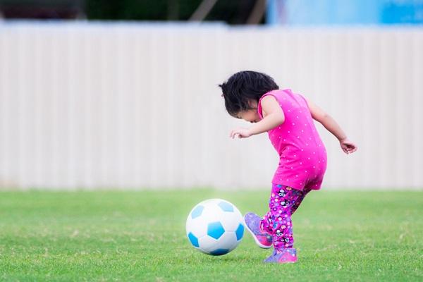 ボールをける子ども