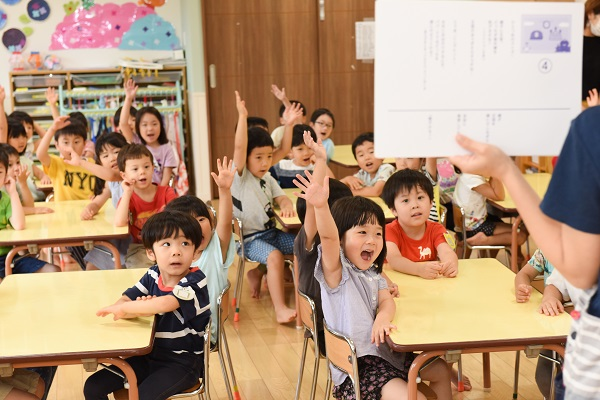 元気に手を挙げる子どもたち