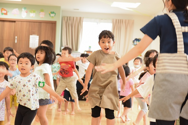ぬりぬり体操を楽しむ子ども