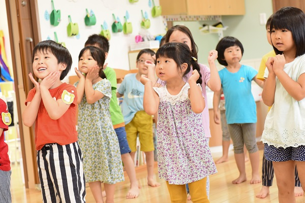 ぬりぬり体操をする子どもたち