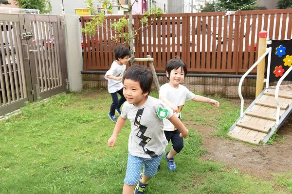 外で遊ぶ子ども