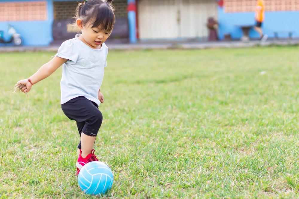 2歳児の運動遊び。保育に役立つ、マット運動やサーキットなど室内外のアイデア