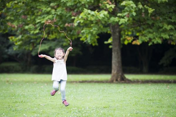 4歳児の運動遊び。保育に役立つ、ボールやマット運動、サーキットなど室内外のアイデア