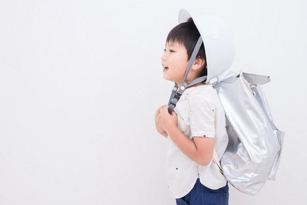 ヘルメットをかぶる子ども