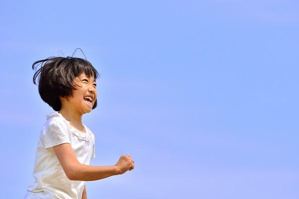 走っている女の子の写真