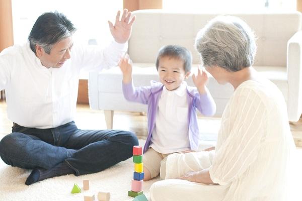 祖父母といっしょに遊ぶ孫