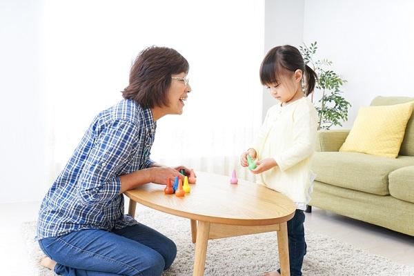 いっしょに遊ぶ子どもと祖母の写真