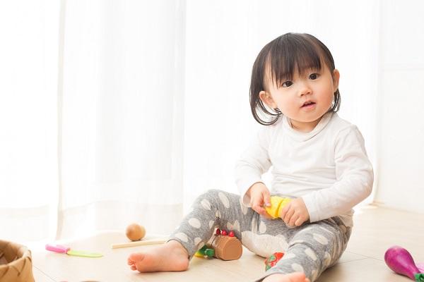 1歳児の室内遊び。保育のねらいや雨の日でも楽しめるゲーム・運動・製作遊び