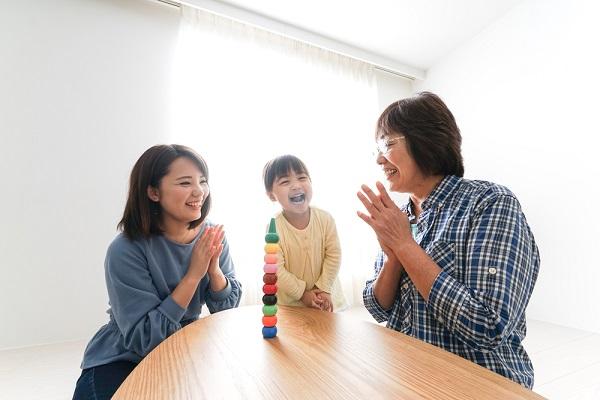 子どもと遊ぶおばあちゃんとお母さん