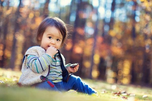 芝生に座る子ども